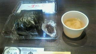 本日の昼食は米一合使った爆弾おにぎり筋子入り@<br />  越後湯沢駅♪